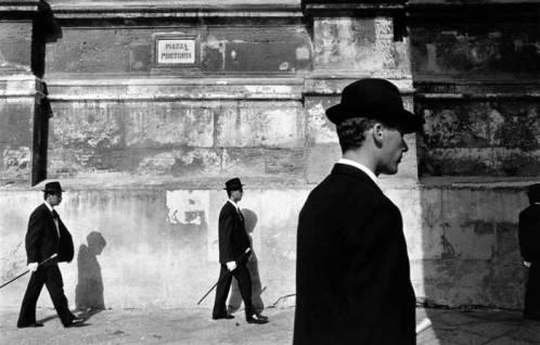 La Confraternita del SS Crocefisso sfila a piazza Pretoria, Palermà - photo Franco Zecchin, 1988