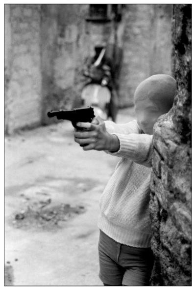 Eglise Santa Chiara à Palerme : enfant jouant au tueur, 1982