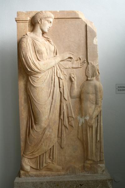 Femme et son esclave, stèle funéraire attique du second quart du IVe siècle, Musée archéologique du Pirée