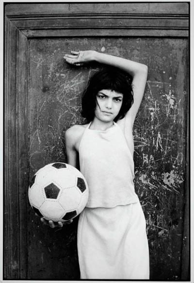 1982, jeune fille près du lieu de vente de la drogue