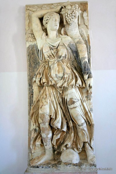 carthage-byrsa-musee-national-bas-relief-femme-corne-abondance