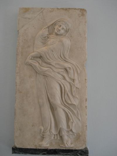 Stèle funéraire grecque avec jeune danseuse (peut-être une Ménade) - Musée archéologique régional de Palerme, photo G. Dall'Orto