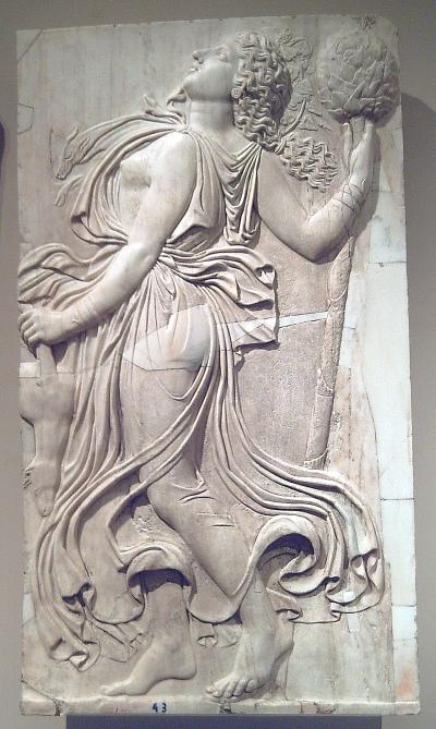 Bas-relief romain montrant une Ménade dansante tenant un  thyrsus, entre 120 et 140 AD (Musée du Prado)