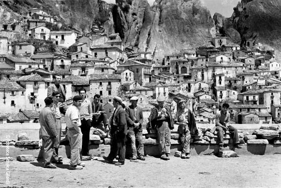 Ando Gilardi - Travailleurs en attente d'embauche à Castelmezzo, Potenza - 1957