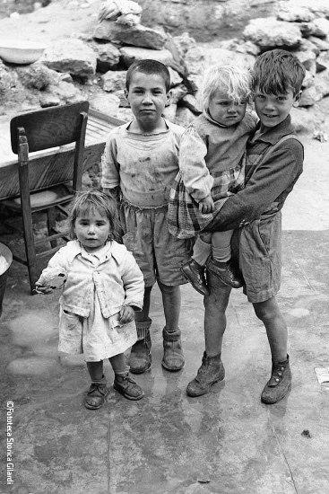 Ando Gilardi - enfants de Cortile Cascino à Palerme - 1957