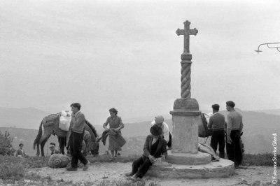 Ando Gilardi - moment de repos de pélerins en route pour le pèlerinage de Fondi - 1957