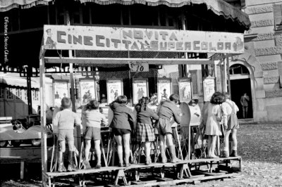 Ando Gilardi - enfants devant une baraque de diffusion de films muets - Gênes 1952