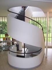 Villa Savoye, l'escalier d'accès au niveau 1 dans le vestibule