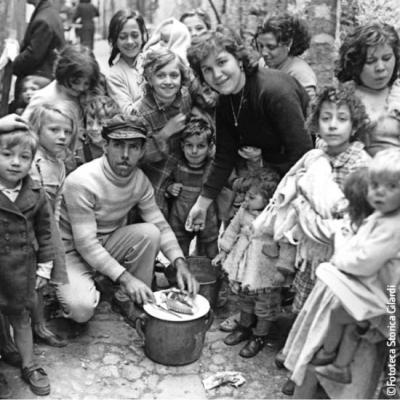 Ando Gilardi - Femmes et enfants entourant un vendeur de poulpe à Parlerme - vers 1955