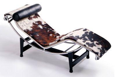 chaise longue à bascule créée par Le Corbusier, Charlotte Perriand et Pierre Jeanneret en 1928