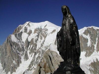 Au sommet de la Tour Ronde : la Vierge devant le Mont-Blanc