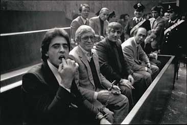 Franco Zecchin - Palerme 1983 : un accusé fait un signe de menace au photographe