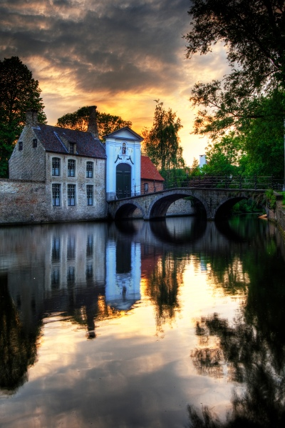 le béguinage de Bruges le soir - crédit Wikipedia, photo Wolfgang Staudt