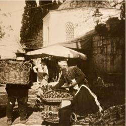 l'Istamboul de Pierre Loti entre 1903 et 1905 - portefaix devant une mosquée