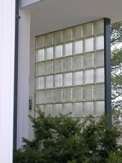 Gropius House à Lincoln - la paroi de pavés de verre du porche d'entrée