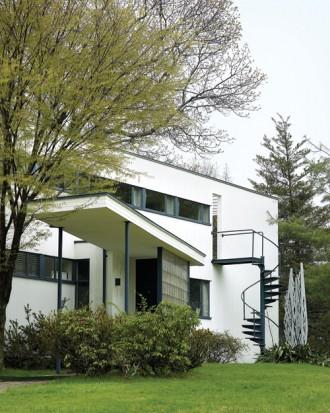 Gropius House à Concord - porche de l'entrée, mur en pavés de verre et escalier extérieur d'accès à l'étage