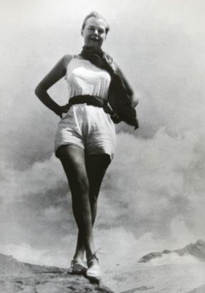 Charlotte Perriand devant la Mer de Glace à Chamonix en 1927
