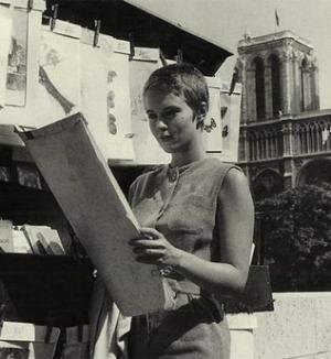 Jean Seberg à Paris devant Notre-Dame