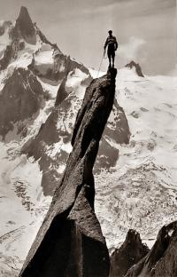 Gaston Rébuffat photographié par Lionel Terray sur le gendarme du Pic du Roc