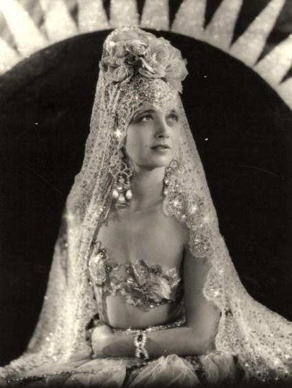 "Kay Francis en princesse espagnole dans ""Behind the Make-up"", 1930"
