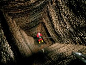 Denis Morin descend en rappel explorer un des nombreux puits du plateau du Laurion, CNRS Phototèque