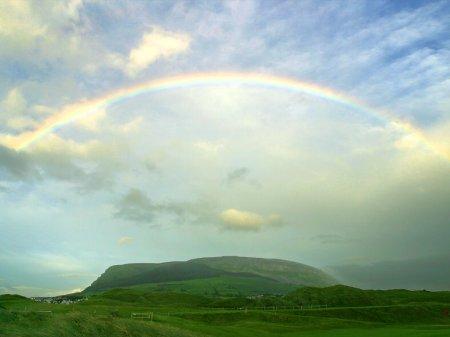Arc-en-ciel au-dessus le la colline mythique de Knocknarea