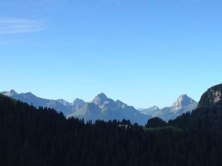 Au premier plan : le col et le chalet de l'Aulp et en arrière plan le massif des Bauges (IMG_4184) - photo Enki