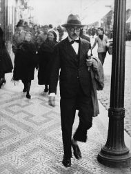 Fernando Pessoa dans une rue de Lisbonne, vers 1927