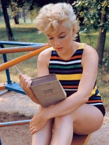 Marylin Monroe plongée dans la lecture d'Ulysse de James Joyce