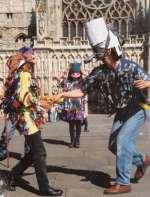 Mummers jouant devant la cathédrale d'Exeter, Devon en 1994