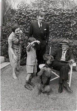 Trois générations de Joyces, Joyce avec Giogio et Stephen jounat avec Schiap, le chien, cadreau de Scxhiaparelli, Paris, 1938