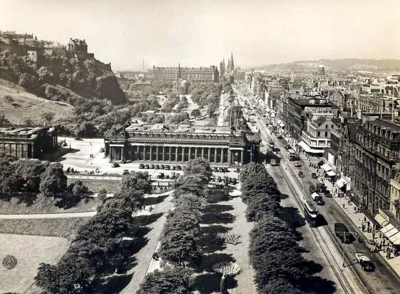 Princes Street à Edimbourg - vue du Scott Monument en 1950 , crédit Norward Inglis and Barbara Simpson