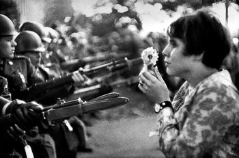 Washington (Pentagone) - Manifestation en 1967 contre la Guerre du Vietnam - photographe Marc Riboud