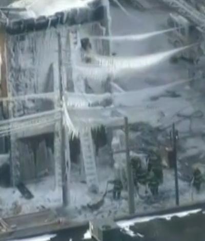 Philly - Immeuble incendié pris par les glaces