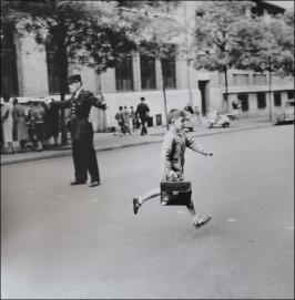 Robert Doisneau - la sortie des classes, 1956