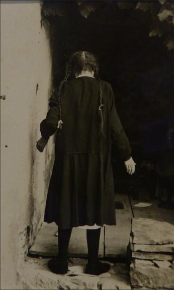 Fillette de dos, France (anonyme), vers 1910