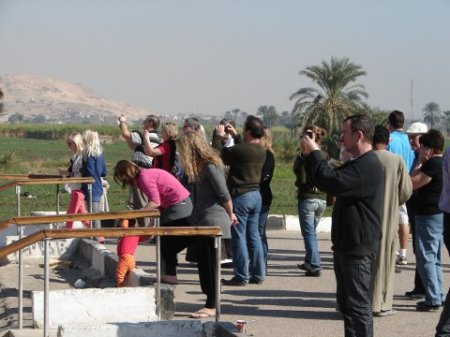 Egypte - Touristes photographiant les Colosses de Memnon