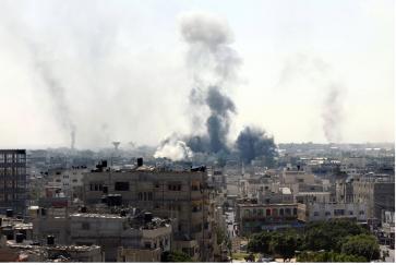 De la fumée s'élève de bâtiments après une attaque militaire israélienne à l'est de Rafah le 1er août 2014 © SAID KHATIB:AFP:Get