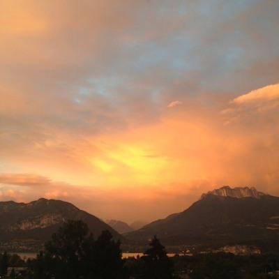 Lac d'Annecy : le Mont Veyrier et les Dents de lançon au crépuscule (photo Enki - IMG_0287)