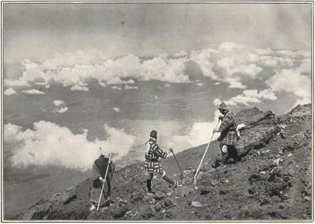 Herbert G. Ponting - sur le sommet du mont Fuji, publié par K. Ogawa en 1905