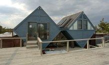 Geller - Un autre de ses créations, la maison Pearlroth, a deux ailes en forme de losange souvent dit à ressembler à un soutien-gorge