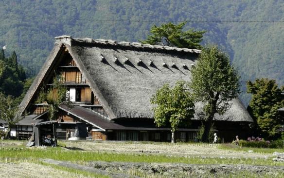 Minka (maison traditionnelle au Japon) à toiture Kirizuma à 2 pans touchant presque le sol formant un angle aigu