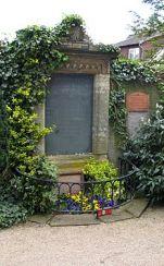 La tombe toujours fleurie de Karoline von Günderode à Winkel (Rhin).