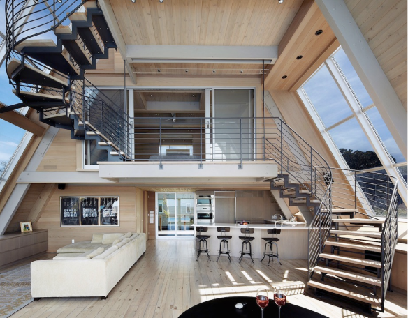 A-frame house à Fire Island (NY) - des ouvertures ont été créées en toiture - volume intérieur