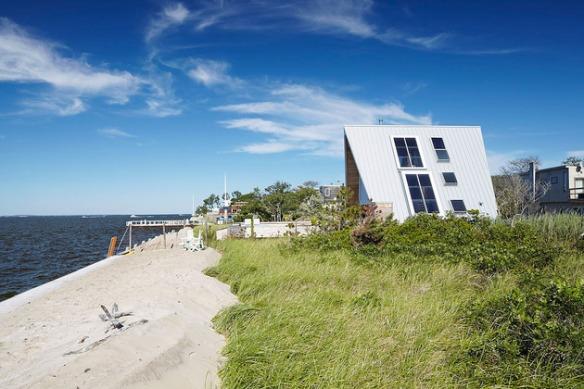 A-frame house à Fire Island (NY) - des ouvertures ont été créées sur les pans de toiture
