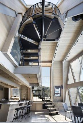 A-frame house à Fire Island (NY) - des ouvertures ont escalier d'accès à l'étage 2