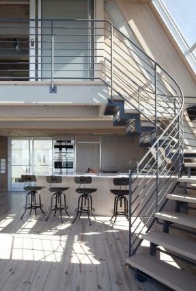 A-frame house à Fire Island (NY) - escalier d'accès à l'étage