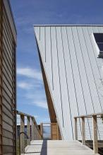 A-frame house à Fire Island (NY) - les toitures ont été rallongées en faîtage pour former des auvents sur les façades pignons