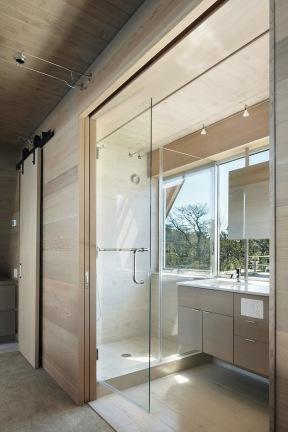 A-frame house à Fire Island (NY) - salle de bain et dressing sur façade pignon