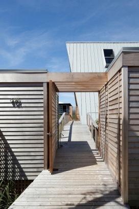 A-frame house à Fire Island (NY) - une pièce annexe supplémentaire reliée par un ponton bois a été crée ainsi qu'une clôture en bois